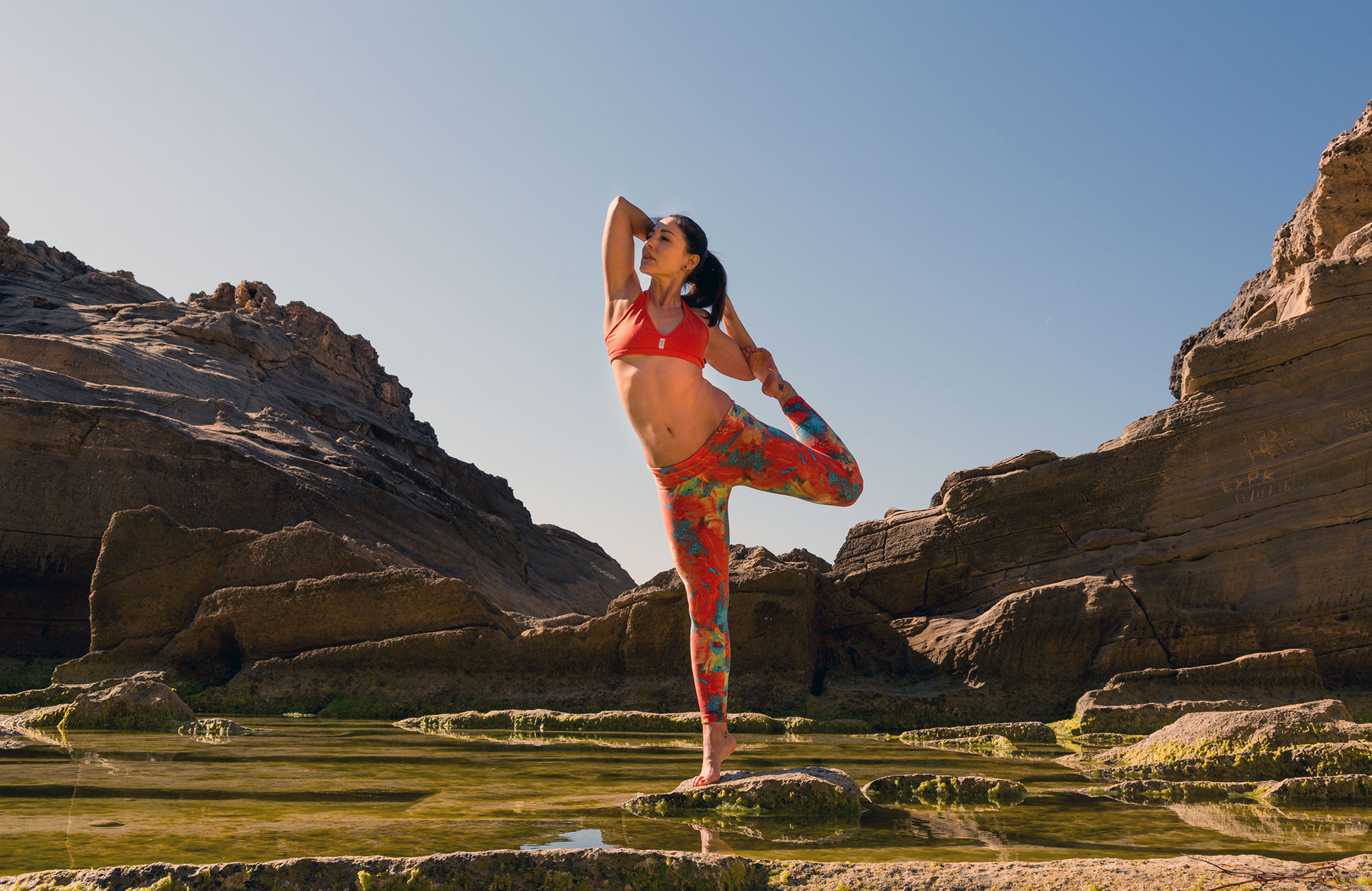 Vrouw beoefent yoga in Mallorca